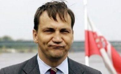 """Putin pisał w artykule opublikowanym podczas wizyty o """"dwóch wielkich narodach"""" polskim i rosyjskim – napisał na Twitter Radosław Sikorski,"""