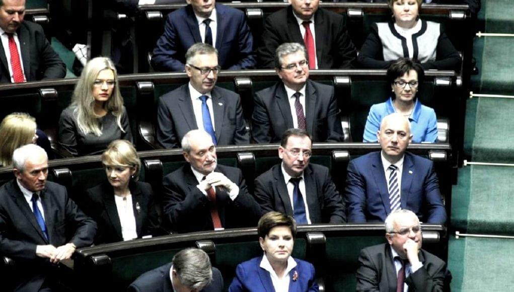 PiS właśnie przegłosował ustawę jakiej obawiała się opozycja: ustawa kagańcowa została przyjęta.