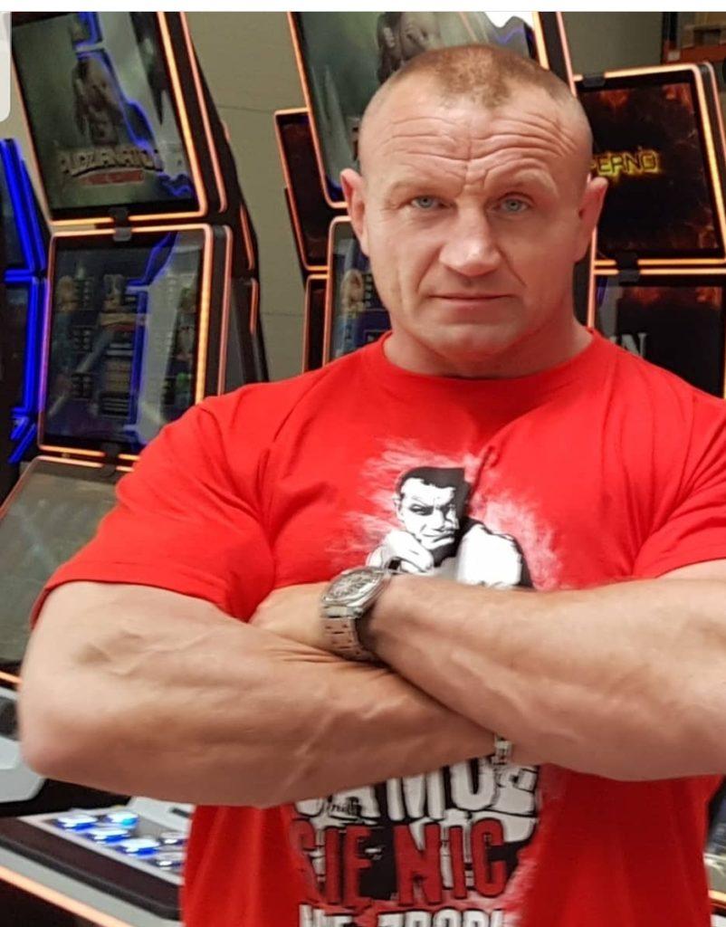 """Teraz brat Pudzianowskiego idzie jego ślady, wystąpi na gala FFF. Mariusz Pudzianowski zaczynał w sportach walki na gali MMA. Teraz Krystian Pudzianowski idzie w jego ślady, galę będzie komentował między innymi """"hardcorowy koksu"""" Burneika."""