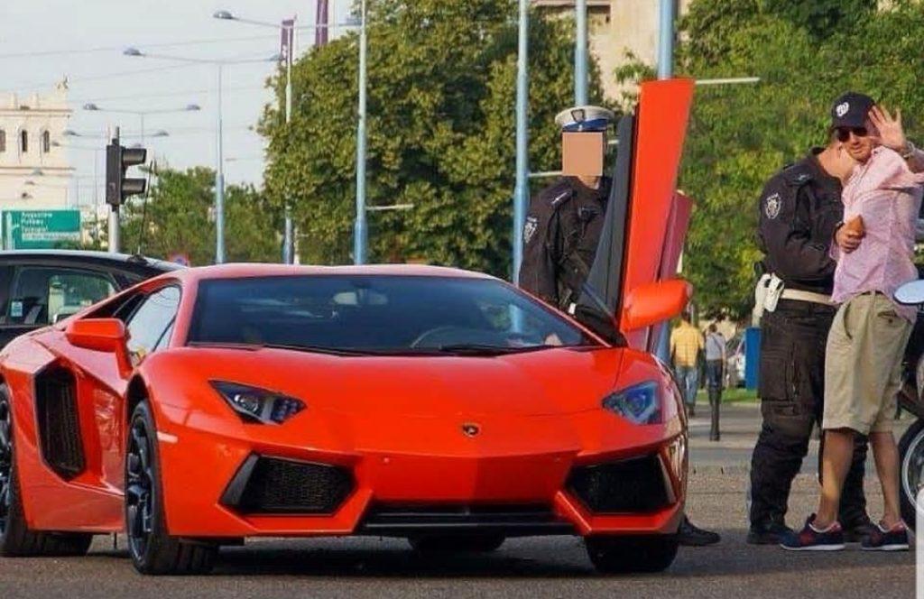 Kuba Wojewódzki z TVN pochwalił się na portalu Instagram zdjęciem jak zatrzymuje go policja w jego Lamborghini