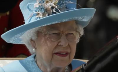 Wpadka jaką zalicza Królowa Elżbieta robi furorę na Instagram. Gillian Anderson (Z Archiwum X) świadkiem. Co na to rodzina królewska?