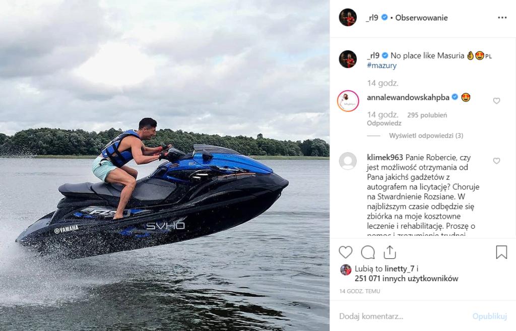 Mazury to tu Robert Lewandowski (Bayern) i Anna Lewandowska kończą wakacje, zobacz na Instagram jak szaleje na wodzie. Skuter wodny jest wart bardzo dużo.