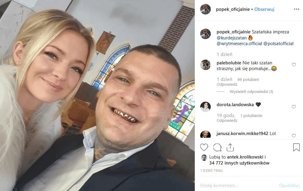 """Popek i Basia Kurdej Szatan na jednym zdjęciu! Król Albanii wrzucił na Instagram zdjęcia zrobione podczas wizyty na planie serialu """"W rytmie serca"""" (Polsat)"""