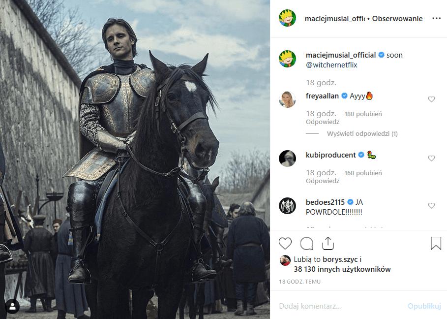"""Maciej Musiał zagra w serialu Netflix """"Wiedźmin"""". Aktor serialu """"Rodzinka pl"""" i prowadzący """"The Voice of Poland"""" wrzucił na Instagram swe zdjęcie z planu."""
