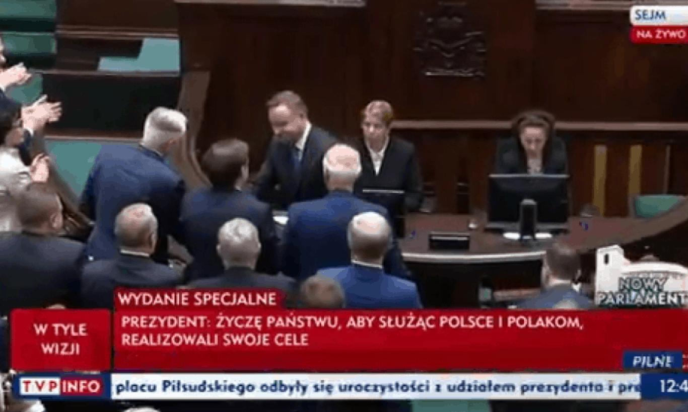 Prezydent Andrzej Duda przemawiał dziś w polskim parlamencie z okazji inauguracji nowej kadencji sejmu, podczas podawania ręki - swojej nie podał Schetyna