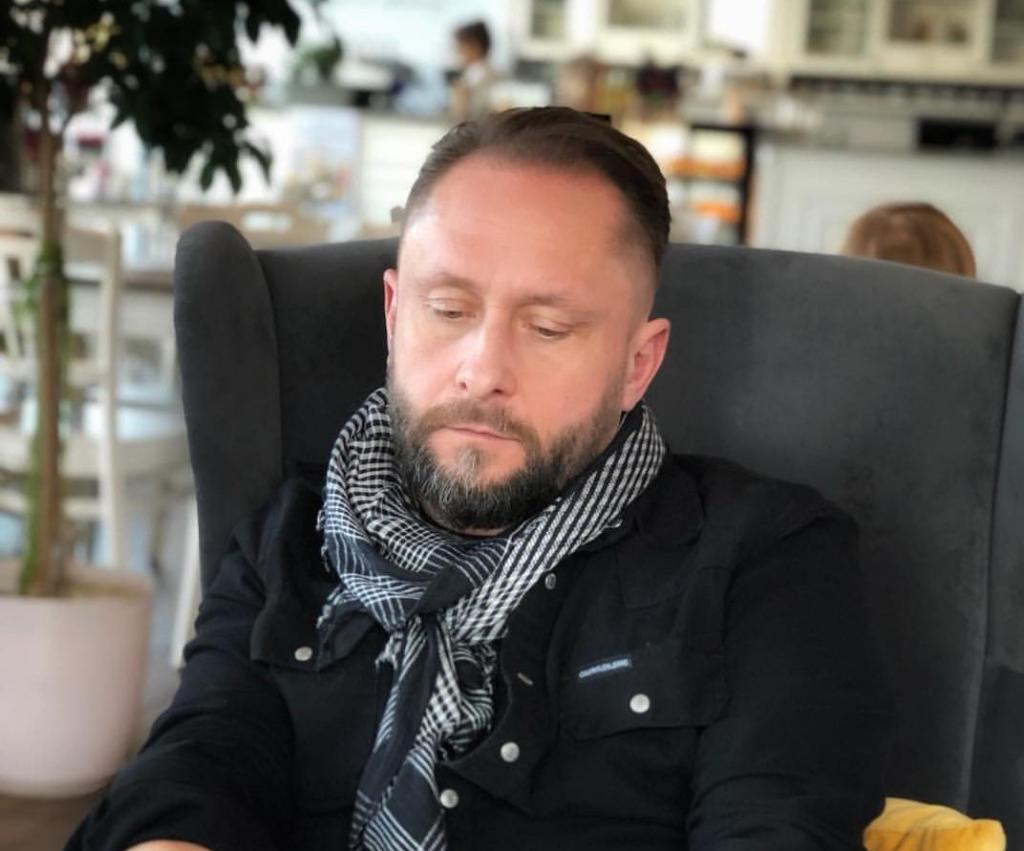 Prowadzący w przeszłości Wiadomości w TVP1 oraz Fakty w TVN Kamil Durczok jest bardzo wyniszczony przez stres.Dziennikarz podrobił podpis na wekslach.