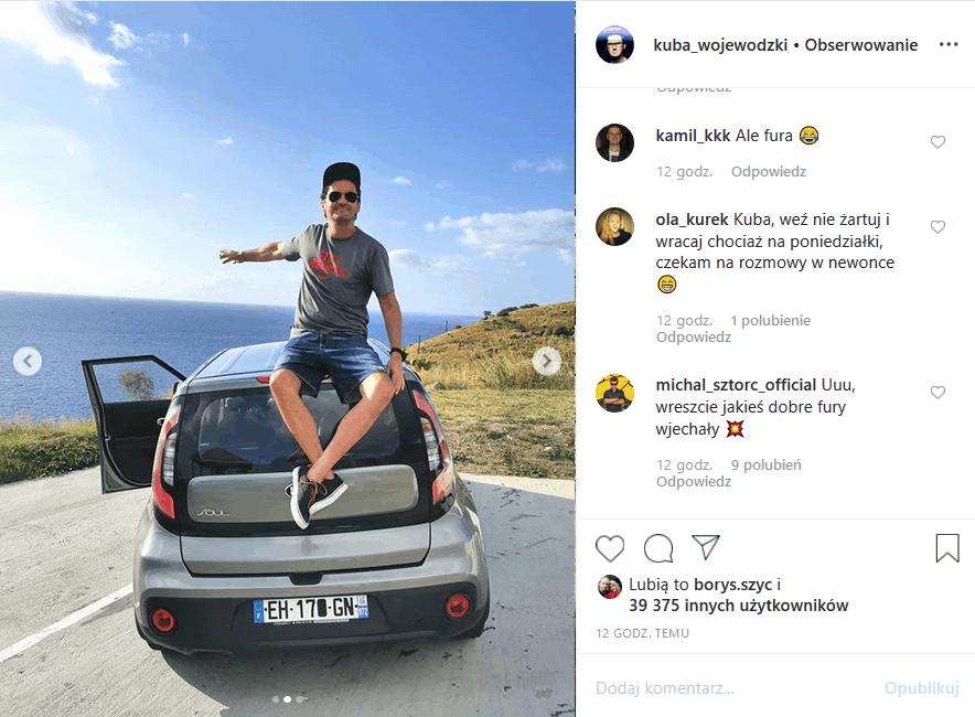 """Gospodarz """"Kuba Wojewódzki show"""" i audycji w Newonce.radio wrzucił na Insta zdjęcie auta, jakim jeździ w czasie wakacji. Król TVN zaskoczył fanów"""