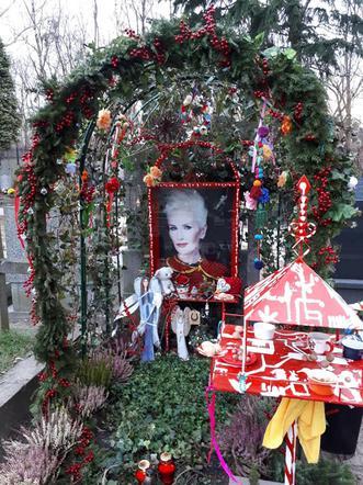 Kora Jackowska: śmierć Kory była wstrząsem zarówno dla widzów programu Must be The Music w Polsat jak i dla fanów zespołu Maanam. Jak wygląda grób Kory?