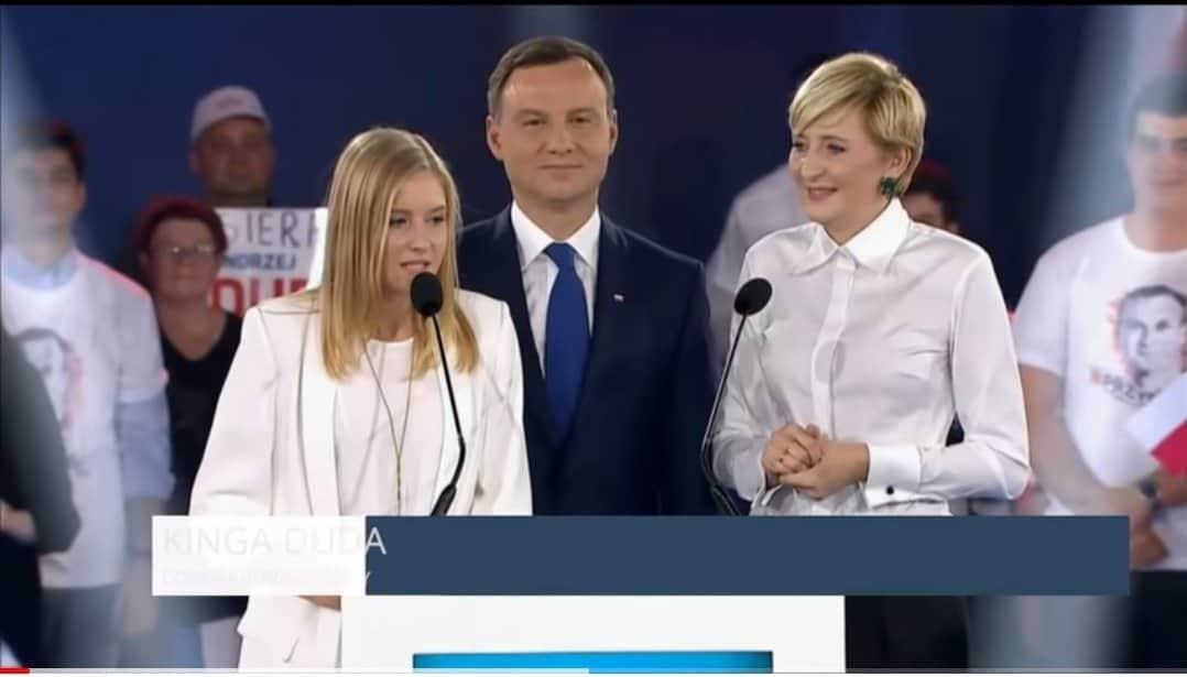 Kinga Duda to córka prezydenta Polski, którym jest Andrzej Duda. Dziś okazuje się, że Kinga Duda wyjeżdża z Polski i udaje się do Anglii.