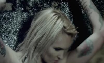 Fani patrzą, jak zmieniła się Chylińska i sądzą, że jej szczupły wygląd podytkowała anoreksja gwiazdy TVN, a nowe tatuaże są krzykiem o pomoc