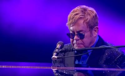 Choroba (zapalenie płuc) sprawiła, że Elton John przerwał koncert, bowiem stracił głos w połowie piosenki. Na szczęście jego zdrowie już wraca do normy