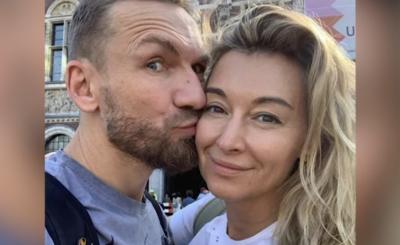 """Czy Wojciechowska (TVN) i Kossakowski wzięli ślub? Jest to tajemnica, ale Wojciechowska zabiera go w podróże i na Insta mówi o nim per """"rodzina"""""""