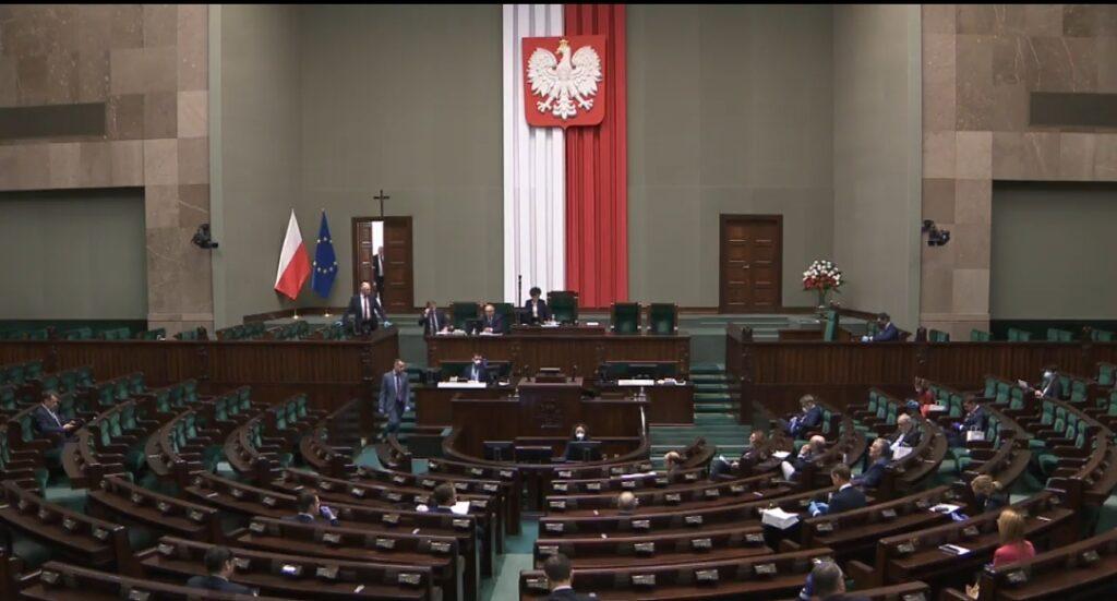 Epidemia koronawirusa: Sejm nie odwołał obrad, posłowie są chorzy i skarżą się na choroby towarzyszące. Obrady sejmu odbędą się w okrojonym składzie.