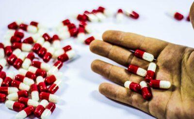 Koronawirus w Polsce: Osoby przewlekle chorujące i przyjmujące określone leki są bardziej narażone na COVID-19, które leki szkodzą, jakich leków unikać?