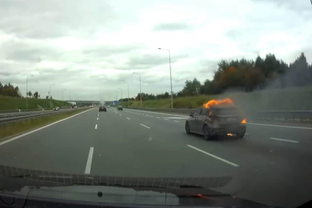 Wybuchający samochód marki Mercedes na A2 zabija kierowcę. Tragedia na trasie A2 w stronę Poznania z 2018 roku dziś ujrzała światło dzienne.