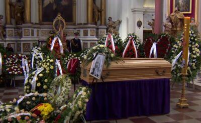 Skandal po pogrzebie Królikowskiego, ludzie byli wstrząśnieci gdy zobaczyli, że mąż Skrzyneckiej, Maciej Łopucki pojawił się w dresie. Skrzynecka broni męża