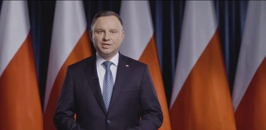 Trwa konwencja wyborcza kandydata na prezydenta, Andrzej Duda składa obietnice wyborcze, wśród nich wyższy zasiłek dla bezrobotnych i 1200 plus