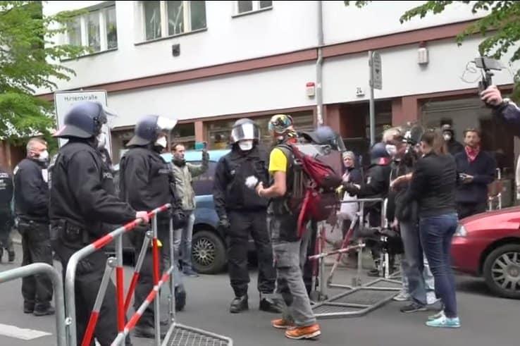 Koronawirus, COVID-19 w Niemczech: W Berlinie ludzie wyszli na ulicę, zorganizowano protest przeciwko obostrzeniom panującym w kraju w czasie pandemii