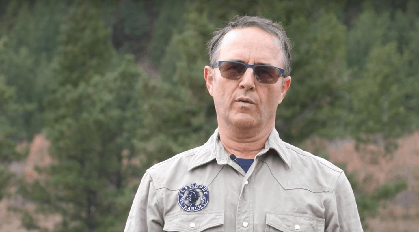 Drew Miller, były oficer wywiadu USA, a obecnie właściciel firmy The Fortitude Ranch ma ręce pełne roboty przez koronawirus, prepersi wrócili do łask