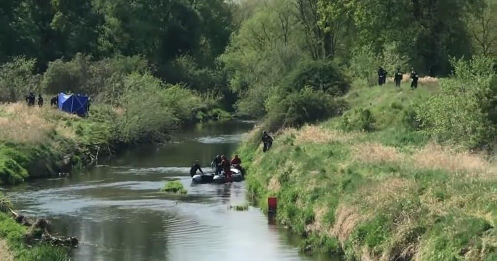 Kacperek nie żyje. Nagranie z kamery nurka, który odnalazł ciało Kacperka w rzece podczas poszukiwań poraża. Gdy odtworzył film w domu zamarł