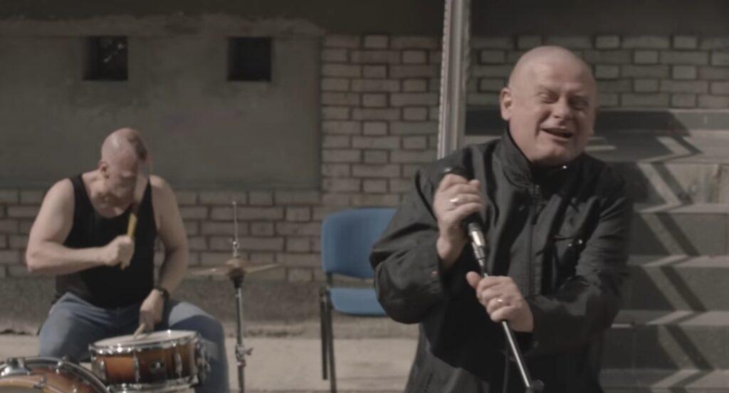 """Kazik Staszewski kontra Jarosław Kaczyński (prezes PiS) w najnowszym utworze pod tytułem """"Twój ból jest lepszy niż mój"""". Czy piosenkarz przesadził?"""