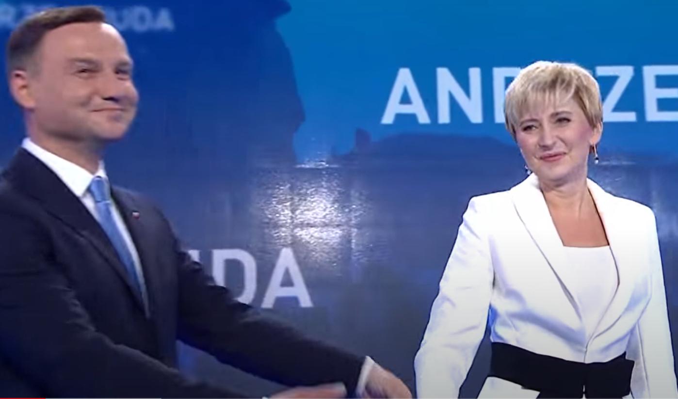 Wybory prezydenckie 2020: Andrzej Duda uzyskał 45% głosów w pierwszej turze, podczas wieczoru wyborczego towarzyszyła mu żona Agata, Kinga była nieobecna.