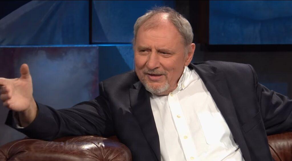"""Andrzej Grabowski to aktor znany jako Ferdynand Kiepski z serialu """"Świat według Kiepskich"""" oraz """"prezes"""" z filmu """"Polityka"""" autorstwa Patryka Vegi."""