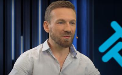 Przemek Kossakowski wyznał ostatnio, że on i Martyna Wojciechowska, gwiazdy TVN, tworzą zgrany związek, nawet córka Wojciechowskiej zaczyna go akceptować,