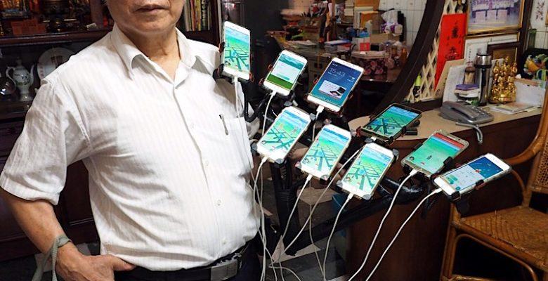 72-latek z Tajwanu, Chen San-yuan, gra jednocześnie na 45 smartfonach w grę mobilną Pokemon Go, Tajwańczyk otrzymał przezwisko Dziadek Pokemon Go.
