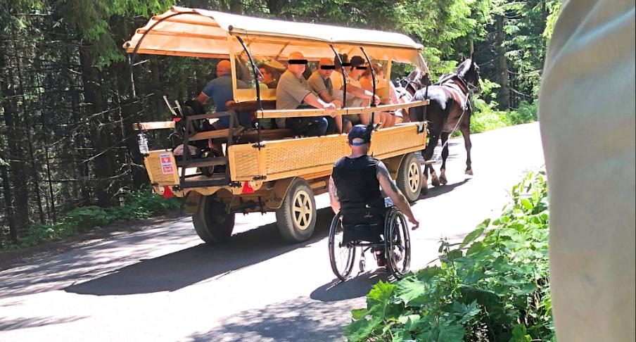Niepełnosprawny mężczyzna na wózku postanowił wjechać o własnych siłach na Morskie Oko, po drodze turyści zostali przez niego zawstydzeni.