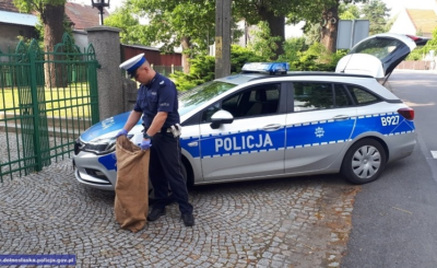 Policja z Jaworzna znalazła i uratowała porzucone szczeniaki, worek z psami został zostawiony pod miejscowym kościołem. To zwykła podłość.