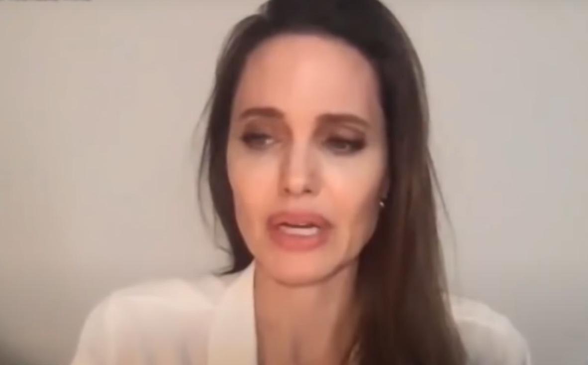 Media kolejny raz donoszą, że Angelina Jolie jest strasznie chuda, niektóre twierdziły nawet że umiera, teraz paparazzi przyłapali ją jak wysiada z samolotu