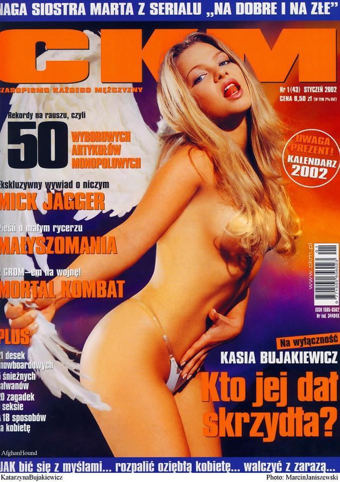 Katarzyna Bujakiewicz wygląda wciąż nieziemsko, jednakże mało kto pamięta o jej gorącej sesji w której pokazała się zupełnie nago.