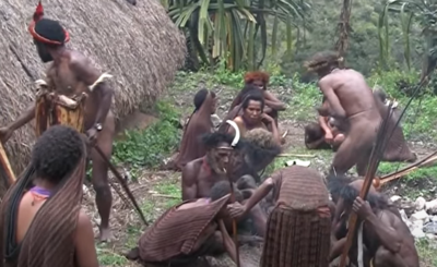 Ostatni kanibale przestali tam jeść ludzi dopiero w 2012 roku, Papua Zachodnia jest pełna krwiożerczych plemion, to małżeństwo odwiedziło je wszystkie.