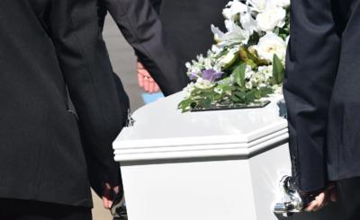 Ukochany odwiedził jej grób dzień po pogrzebie, nagle usłyszał dziwne dźwięki dochodzące z trumny, czy dziewczyna została pochowana żywcem?