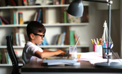 Nowy rok szkolny czas zacząć. W obecnych czasach, jeszcze większą rolę dla wyników ucznia odgrywać będzie wygodne miejsce do nauki w domu. Oto 5 niezbędnych elementów, w jakie warto wyposażyć stanowisko pracy.
