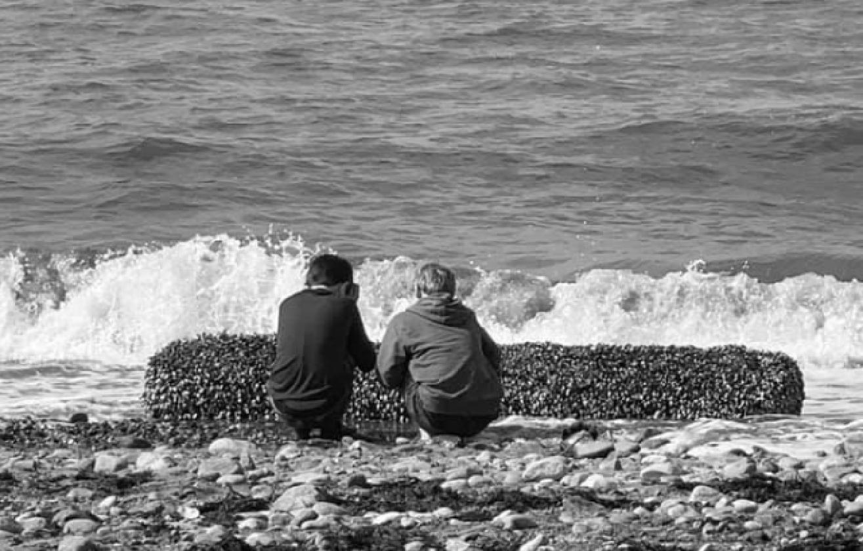 Pewna rodzina podczas pobytu na plaży znalazła niespodziewanie prawdziwy skarb, znalezisko sfilmowali i pokazali w serwisie Facebook.