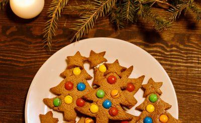 Kosz świąteczny to rozwiązanie na pomysłowy prezent na święta. Zobacz, jakie kosze świąteczne możesz skomponować i podarować bliskim osobom.