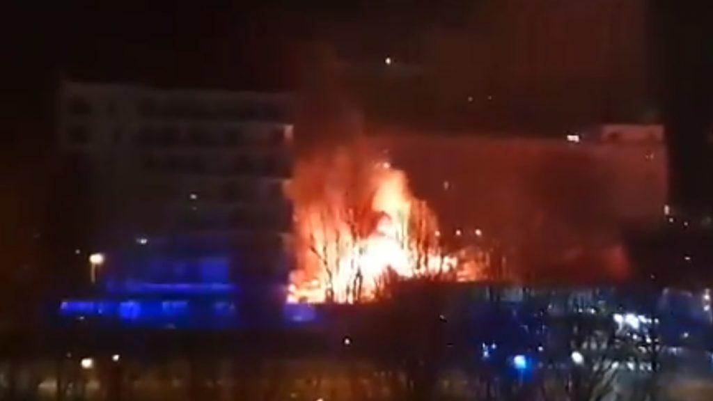 Warszawa, Młociny: płonie Lidl, ogromny pożar prawdopodobnie rozpoczął się w magazynie. Strażacy wciąż walczą z żywiołem.
