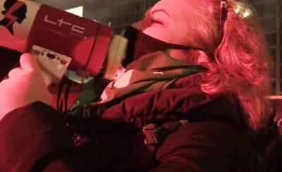 """Marta Lempart poprzez stanie w pierwszym szeregu akcji """"Strajk Kobiet"""" i """"Same Plusy"""" popiera ataki na kościoły oraz wręcz do nich zachęca."""