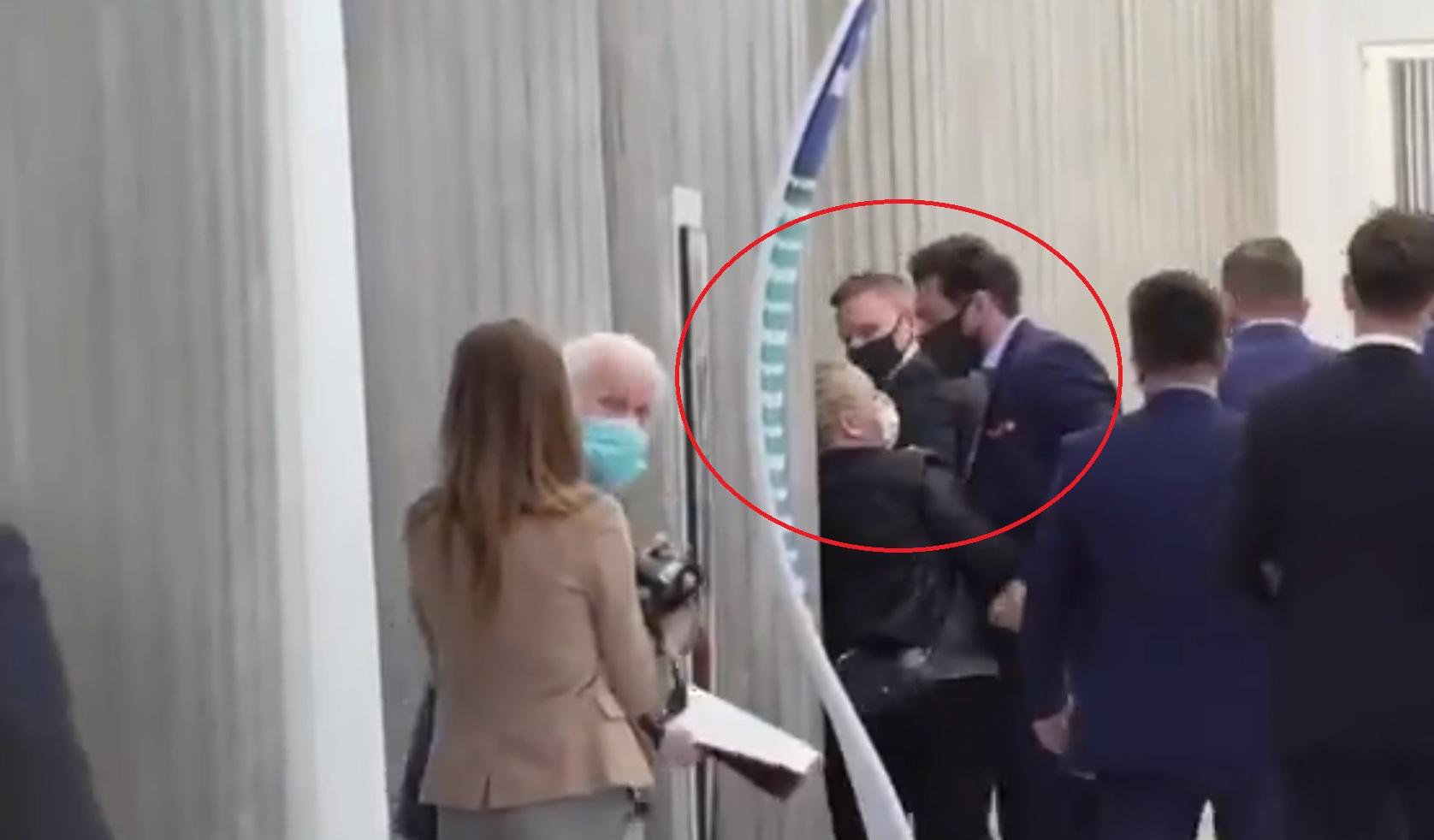 Iwona Hartwich zaatakowała premiera Mateusza Morawieckiego i ministra Michała Dworczyka na sejmowym korytarzu. Była agresywna