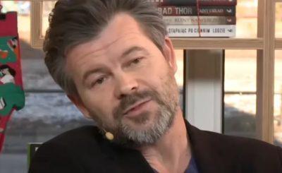 """Jacek Braciak w książce """"Zawód aktor"""" powiedział, co sądzi o produkcjach TVN między innymi takich jak """"Brzydula"""", oberwały też inne seriale."""