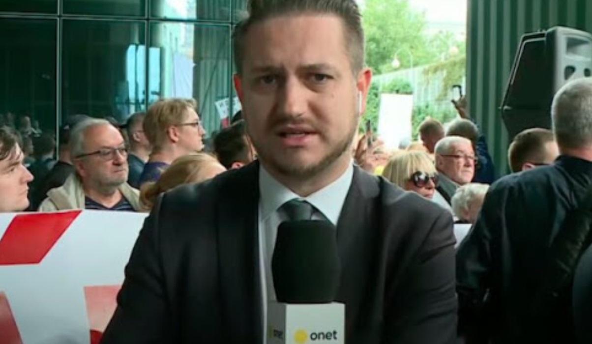 Kamil Dziubka, dziennikarz Onetu najpierw zaliczył wpadkę, a dziś na Twitterze przeprasza Prezydenta Andrzeja Dudę za udostępnienie fake newsa.