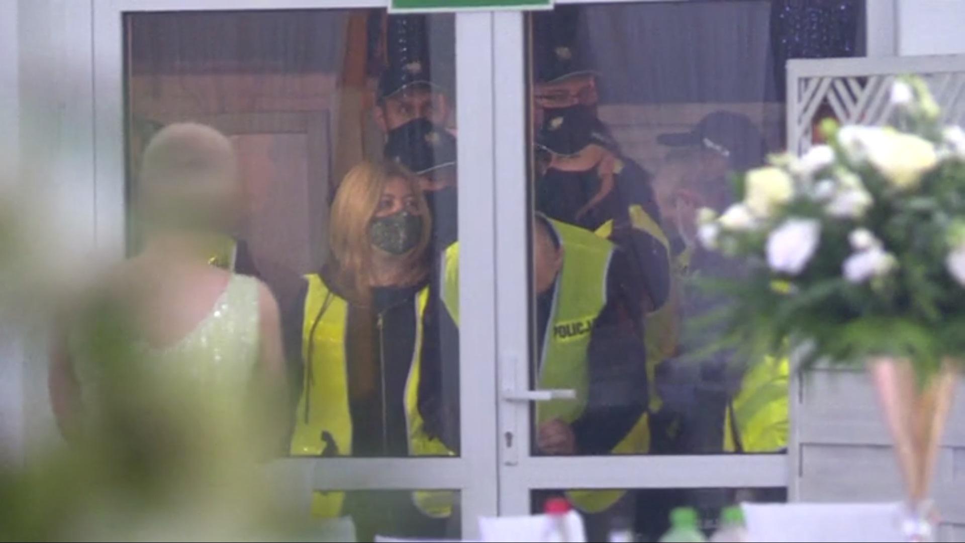 Policja przerwała wesele na którym bawiło się 81 osób,jest nagranie z interwencji patrolu. Impreza odbyła się w dobie dużych obostrzeń