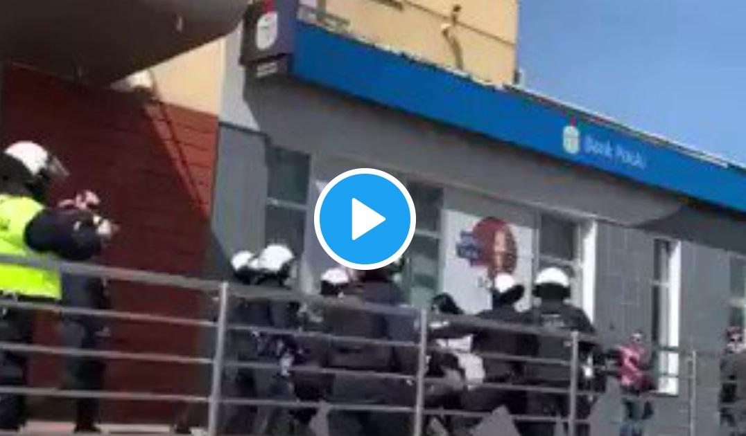Policja spałowała kobietę: wiadomość wzięła szturmem wszystkie nagłówki portali informacyjnych, jednakże ujawniono nagranie