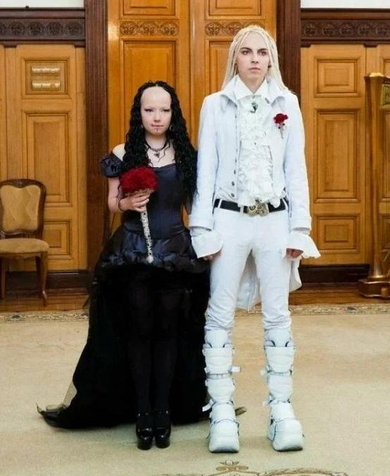 """Niecodzienny wygląd tej """"gotyckiej"""" pary ściągnął na nich mnóstwo szyderstw i mało przychylnych komentarzy."""
