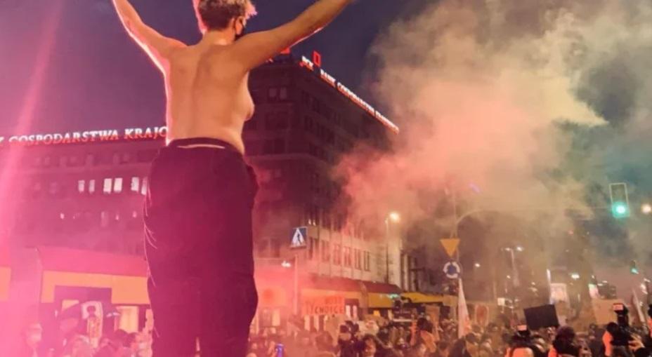 Strajk Kobiet: Aktorka i piosenkarka, Karolina Micuła pokazała biust na manifestacji. Coraz więcej coraz bardziej kontrowersyjnych sposobów