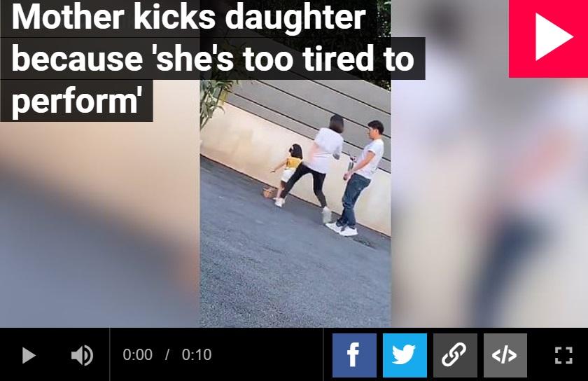 Na nagraniu jakie wyciekło do sieci widać jak matka kopie swoją córeczkę ponieważ ta nie chce pozować do zdjęć. Okrucieństwo