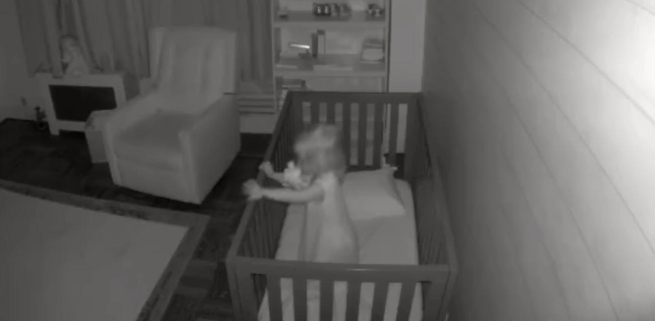 Nagranie pojawiło się na Instagramie, widzimy na nim płaczące dziecko, sytuacja jednak ulega zmianie gdy do pokoju przychodzi pies