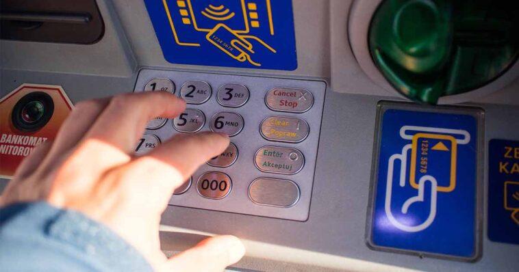Nakładki na bankomaty to już przeszłość, teraz oszuści mają nowy sposób na to aby wyłudzić od nas pieniądze w taki sposób aby dla banku było to wiarygodne. W jaki sposób teraz działają złodzieje naszych pieniędzy?